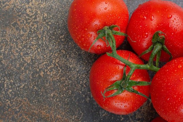大理石の背景に赤いトマトの束