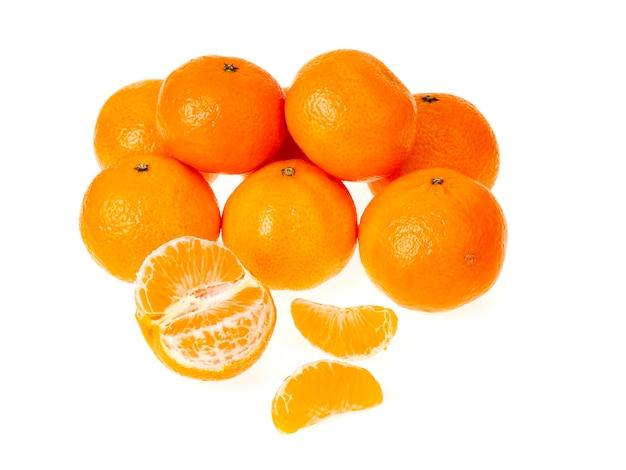 Букет из спелых оранжевых клементинов, изолированных на белом.