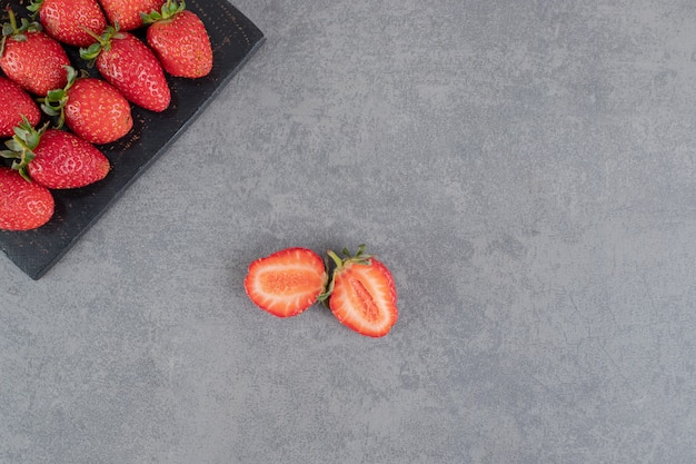 木の板に熟したイチゴの束。高品質の写真