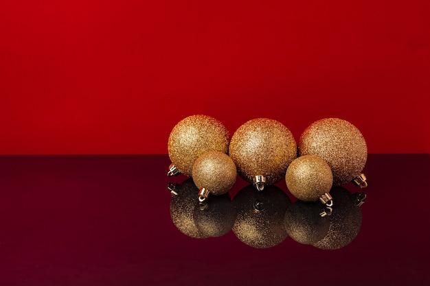 빨간색 배경 전면보기에 반짝이 황금 크리스마스 공의 무리