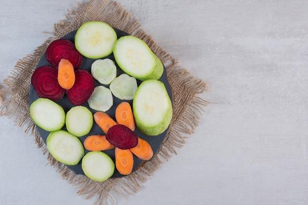木の部分にスライスした生野菜の束。高品質の写真