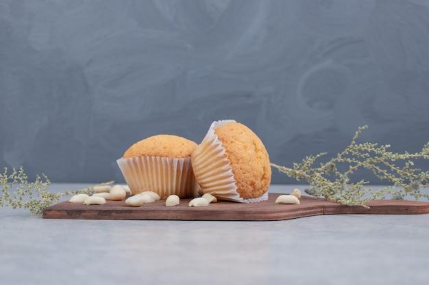 木の板にカシューナッツが入った柔らかいクッキーの束。高品質の写真