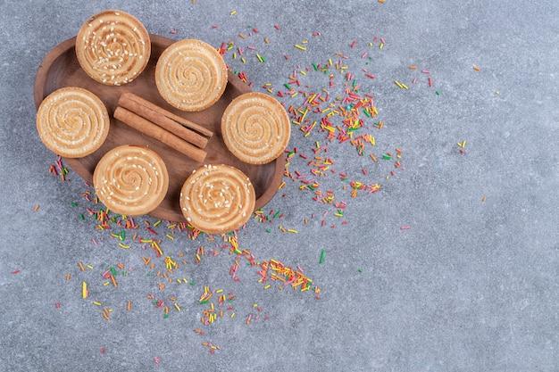 Букет сладких крекеров на деревянной тарелке