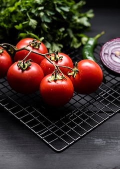 トマトの束の高いビュー
