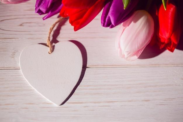 チューリップと心臓カードの束