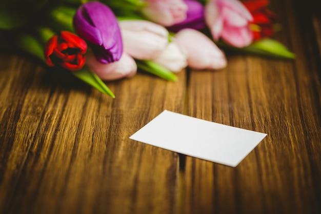チューリップと白いカードの束