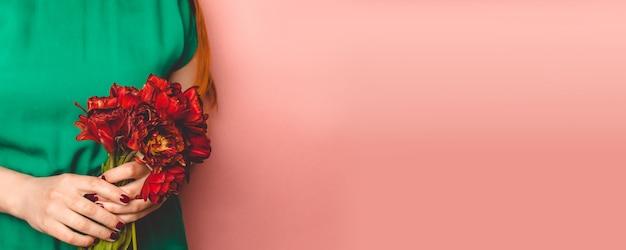Букет тюльпанов в руках женщины
