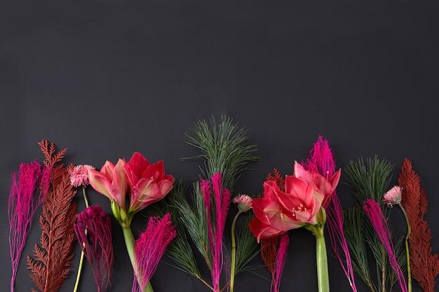 Букет из различных свежих цветов на черном
