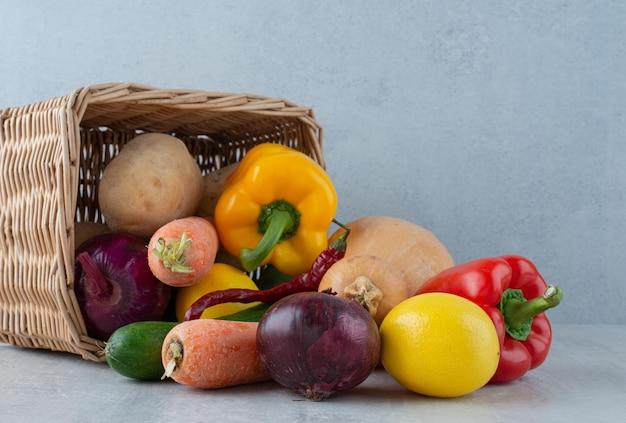 木製のバスケットからさまざまな野菜の束。