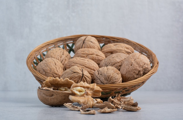 セラミックボウルのクルミと穀粒の束
