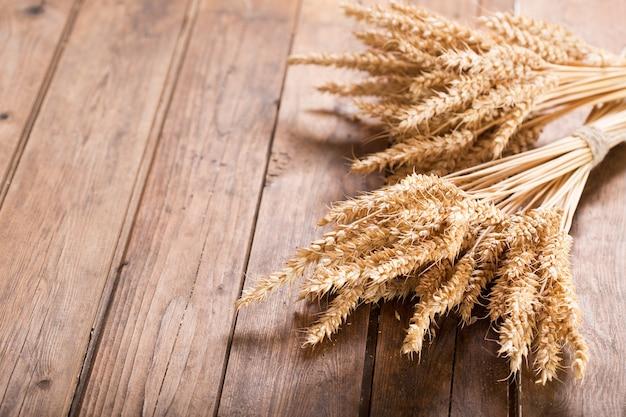 木製のテーブルの上の小麦の穂の束、上面図