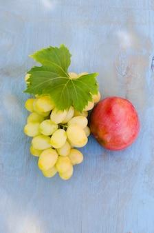 白ブドウとリンゴの束。