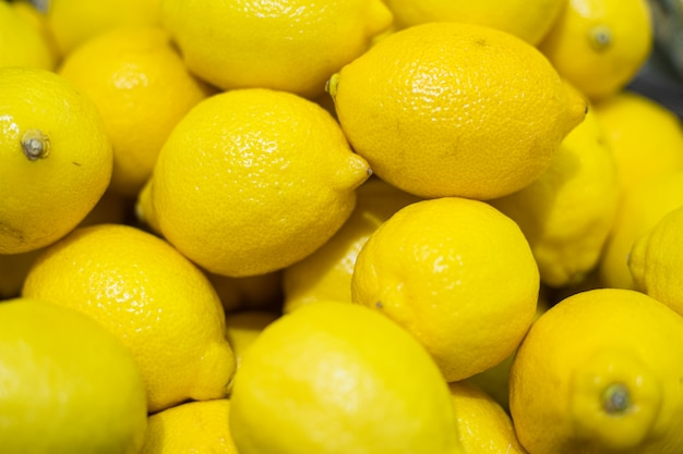 黄色いレモンの束
