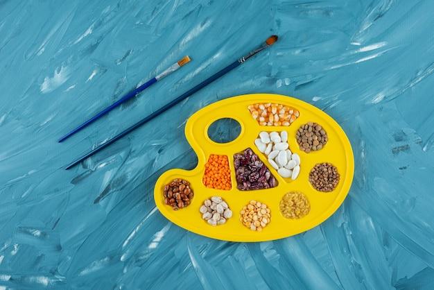 束在绘画调色板里面放置的未加工的干豆。