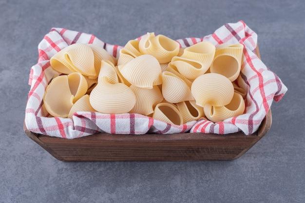 Mazzetto di pasta cruda in cassetta di legno.