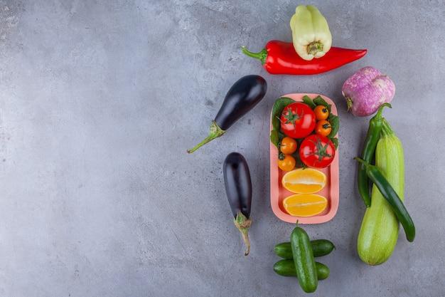 Mazzo di verdure sane fresche mature sulla superficie della pietra.
