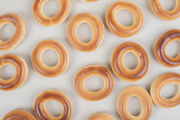 Mazzo di cracker rotondi sulla superficie beige
