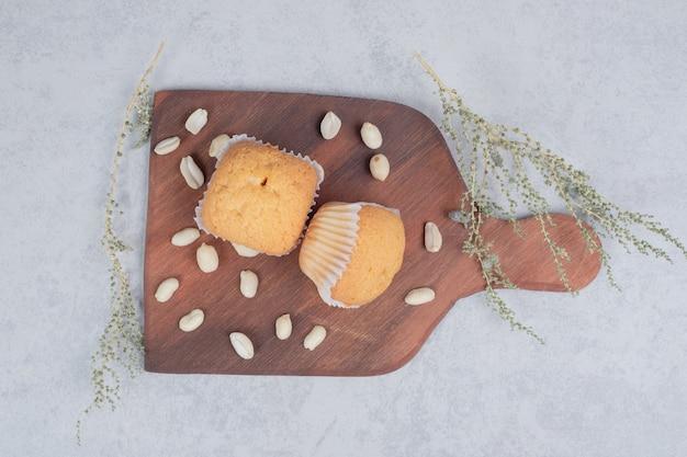 Mazzo di biscotti morbidi con anacardi su tavola di legno. foto di alta qualità
