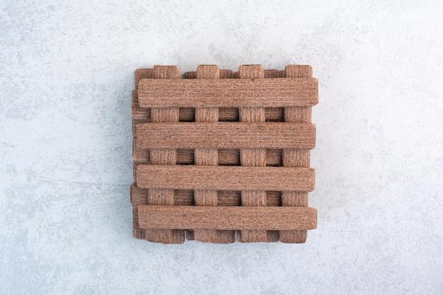Mazzo di biscotti stick su sfondo grigio. foto di alta qualità
