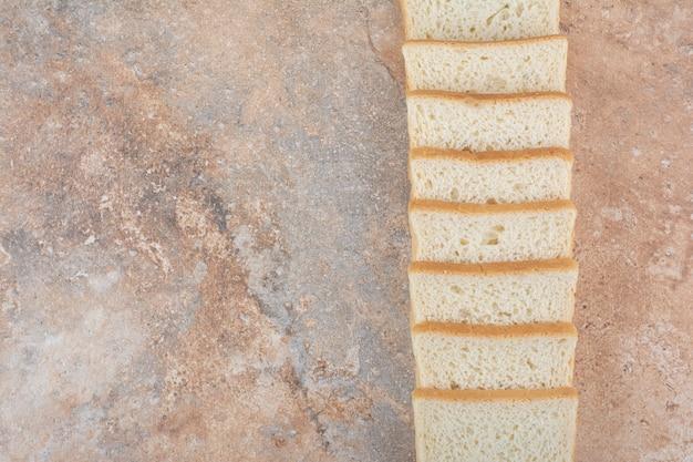 Mazzo di fette di pane tostato su sfondo marmo