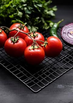 Mazzo di pomodori alta vista