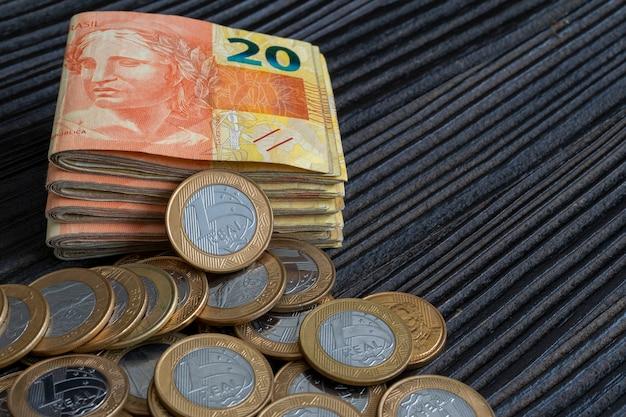テキスト用のスペースを備えたブラジルの紙幣と硬貨のバンドル