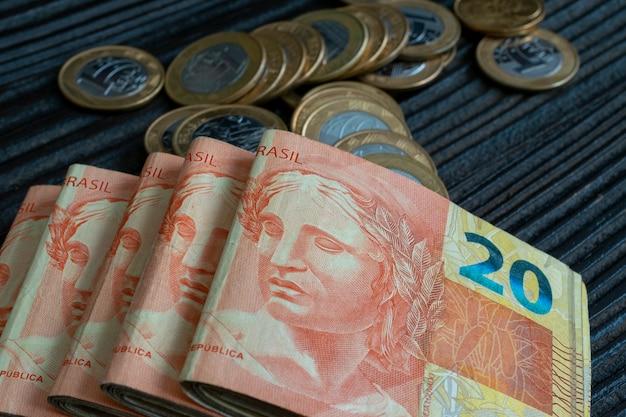 ブラジルの紙幣と硬貨の束