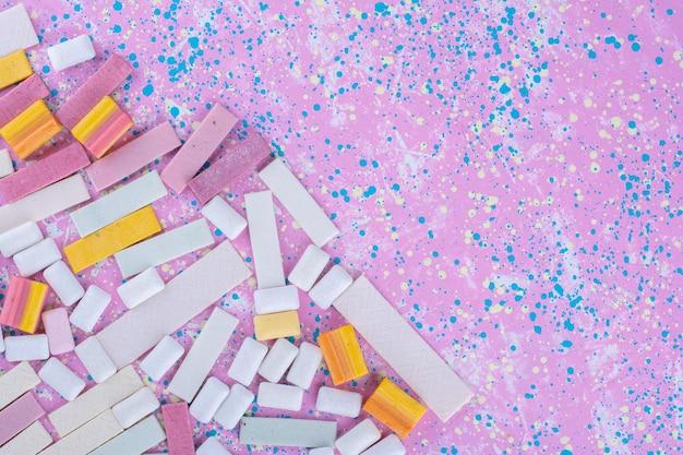 Пачка жевательной резинки, выложенная на красочной поверхности