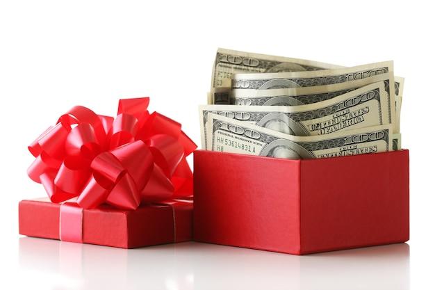 Пачка долларов в настоящей коробке с бантом, изолированные на белом