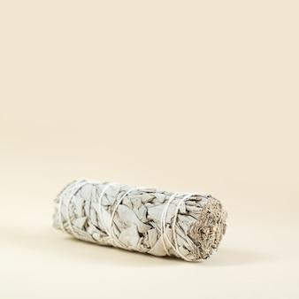Связка крупного плана сухого белого шалфея. продукт для очищения, медитации и исцеления