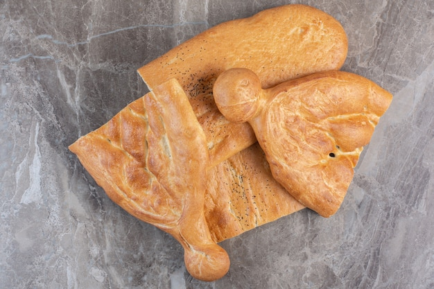 Пачка полурезанного хлеба тандури на мраморе.