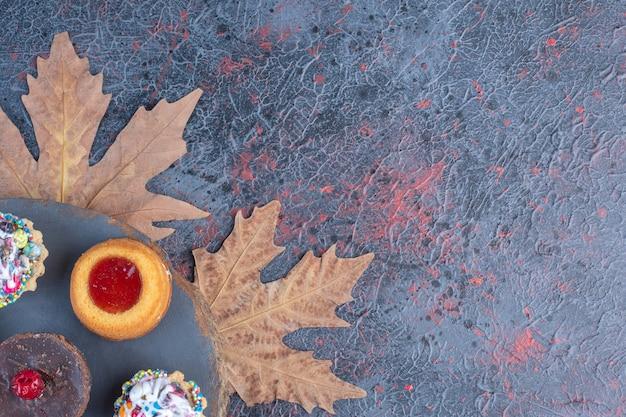 木の板にさまざまなケーキの束。