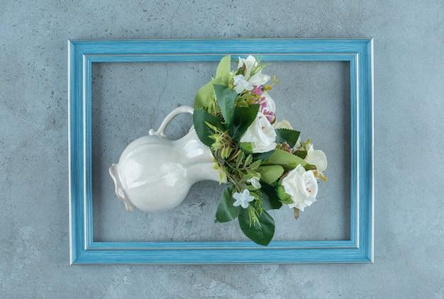 花瓶の白いバラの束は、大理石の背景のフレームの真ん中に倒れました。高品質の写真
