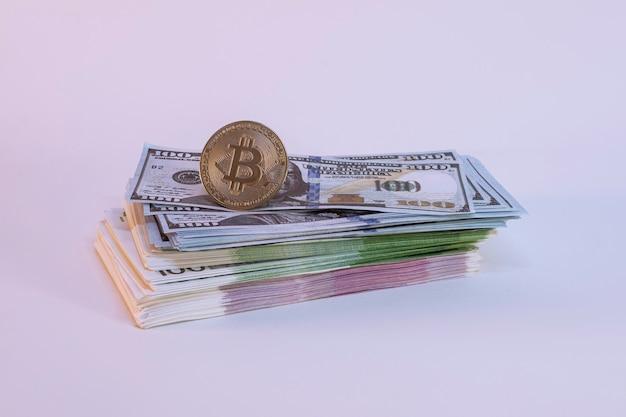 Связки банкнот доллара и евро на светлом фоне.