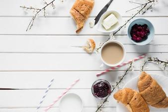 コーヒーの近くのパンやジャム