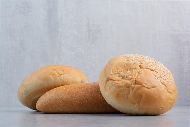 Булочки и хлеб на каменной поверхности
