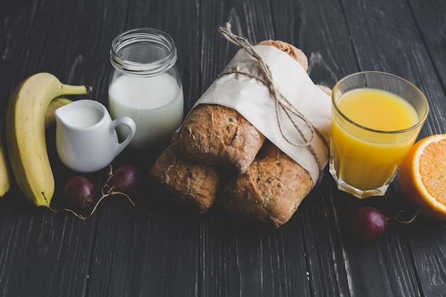 주스와 유제품 사이의 빵
