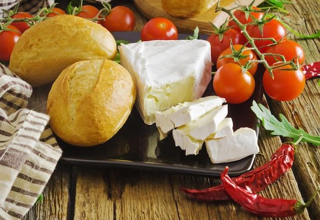 パン、チェリートマト、チーズ
