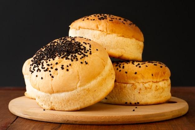 木の板にハンバーガーのパン