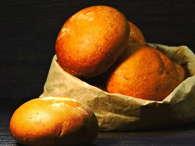 紙袋のパン。