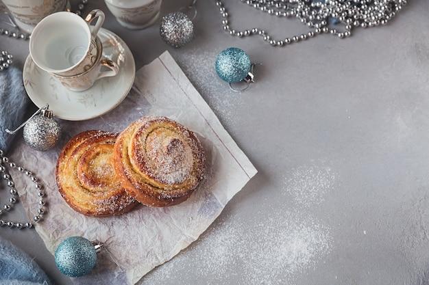 クリスマスや年末年始の装飾が施されたパン。テキスト用のスペースのある上面図