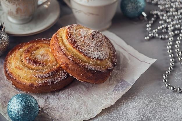 クリスマスや年末年始の装飾が施されたパン。