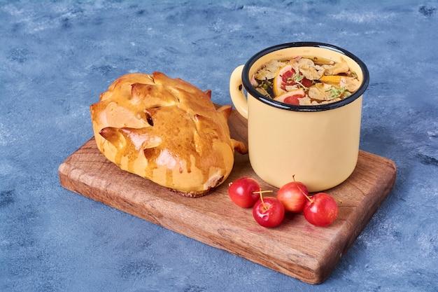 青の木の板に飲み物とパン