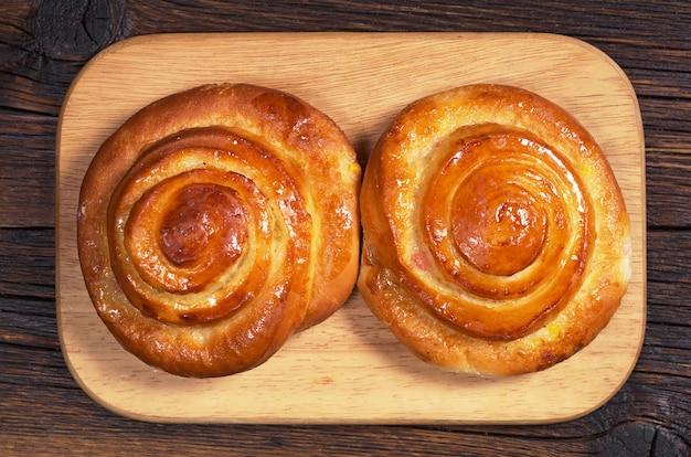 마멀레이드를 키친 보드에 얹은 빵, 평면도