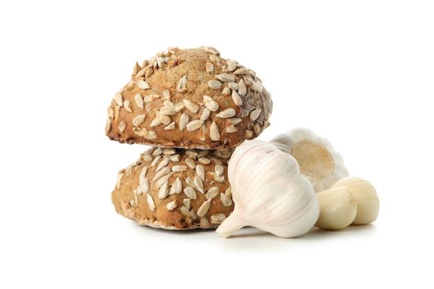 白に分離されたヒマワリの種とニンニクのパン