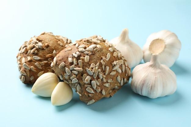 青にヒマワリの種とニンニクのパン