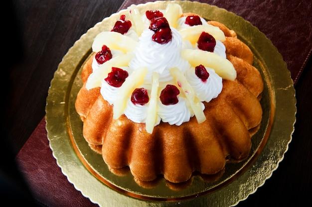 Домодельный ванильный торт bunt на белой керамической плите торта. сладкий мраморный торт.
