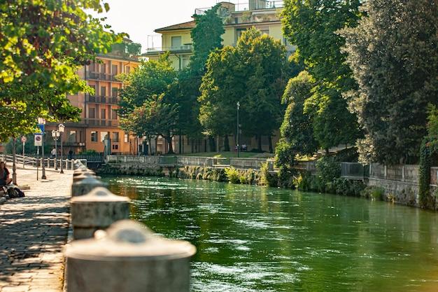 晴れた日のイタリアのトレヴィーゾのブラネッリ運河の眺め