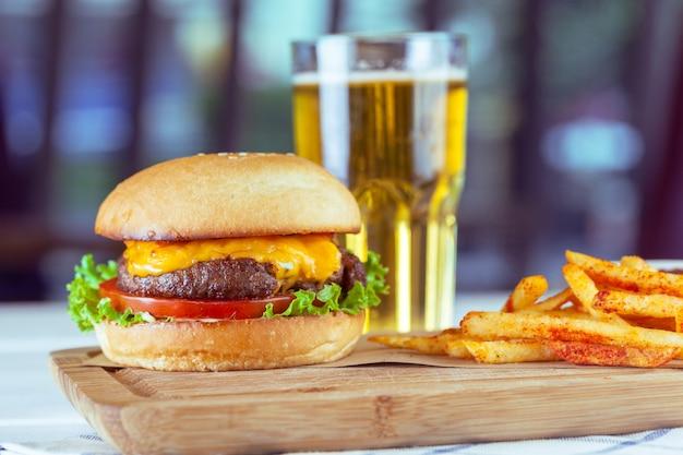 木製のテーブルにハンバーガーとフライドポテト