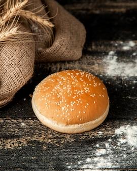 참 깨와 밀가루 테이블에 햄버거 빵